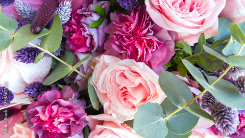 Fotografia Gorgeous bouquet of roses and carnations with decorative dried flowers