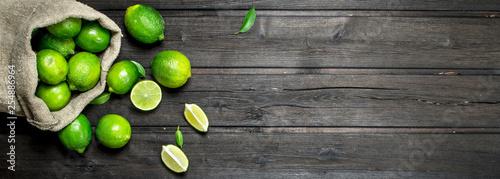 Fotografia Fresh juicy lime in the sack.