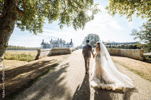 Obraz na plátně Elegant newlywed couple