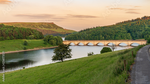 Photographie Peak District landscape at the Ladybower Reservoir near Bamford in the East Midl