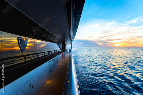 Fotografia Beautiful sunset visible from a trip on a yacht
