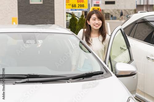 Fotografia 車のドアを開ける女性
