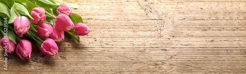 Fototapeta premium Bukiet kwiatów tulipanów na tle drewna
