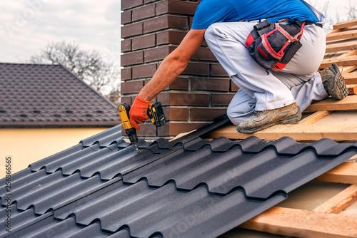 Carta da parati roof master repairs the roof