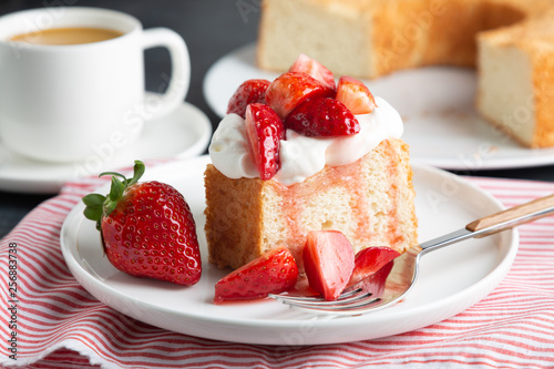 Angel food cake with whipped cream and strawberries Tapéta, Fotótapéta