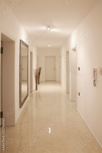 hallway with large wall mirror Fototapet
