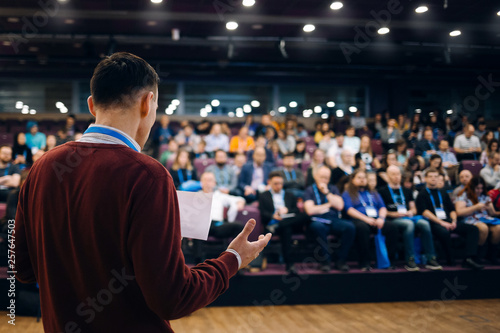 Photo Speaker at business conference and presentation