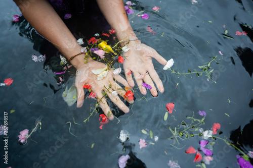 Fotografia girl's hands on bali holy springs