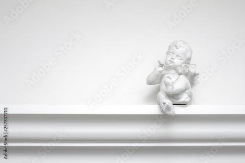 Tableau sur Toile White plaster angel sculpture with a violin