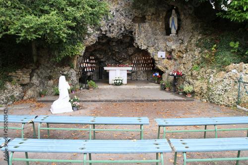 Obraz na plátně Bernadette Soubirous priant devant la statuette de la Vierge-Marie