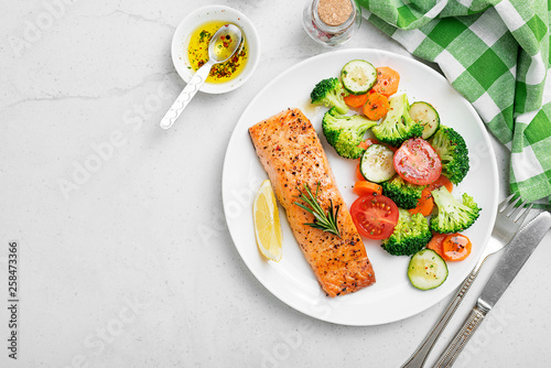 Fotografia Baked salmon fillet with broccoli and vegetables mix.