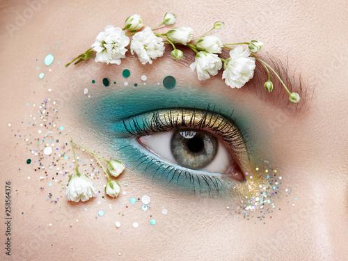 Fotografia Eye makeup woman with a flowers