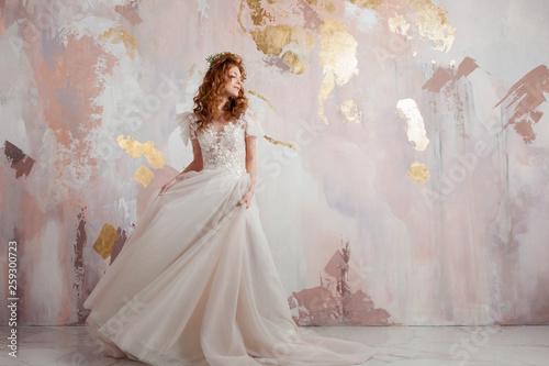 Carta da parati Elegant red-haired girl bride