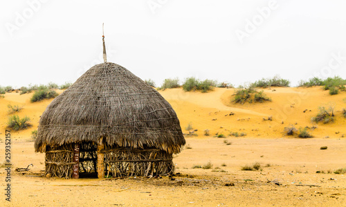 Tablou Canvas An abandoned hut in the desert