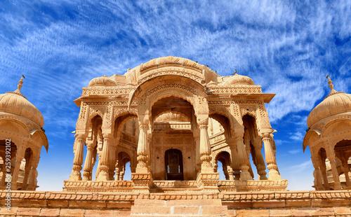 Photo ancient royal cenotaphs and archaeological ruins at Jaisalmer Bada Bagh Rajastha