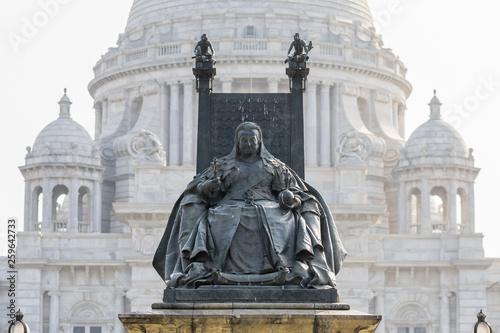 Fotografia Queen Victoria Monument with Victoria Memorial's central dome in the background