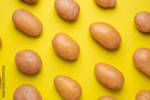 Fotografia Raw potato on color background