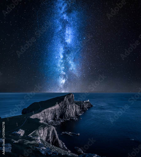 Photo Milky way over Neist point lighthouse, Isle of Skye, Scotland