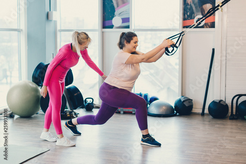 Tablou Canvas Fitness instructor trains fat woman