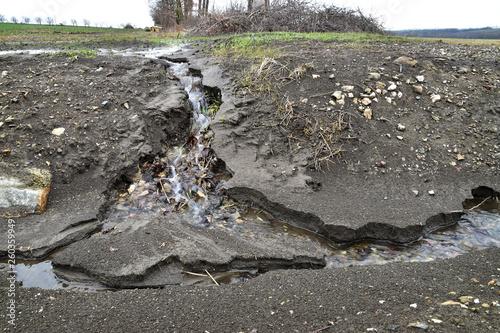 Earth erosion soil erosion by water lofting ground away Fototapet