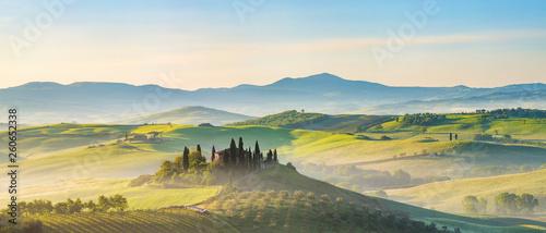 Photo Beautiful foggy landscape in Tuscany, Italy
