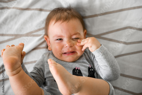 Photographie One year old baby crying in bed