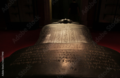 Fotografia Hieroglyph writing on the Sidonian King Tabnit Sarcophagus at Istanbul Archeology Museum in Istanbul, Turkey