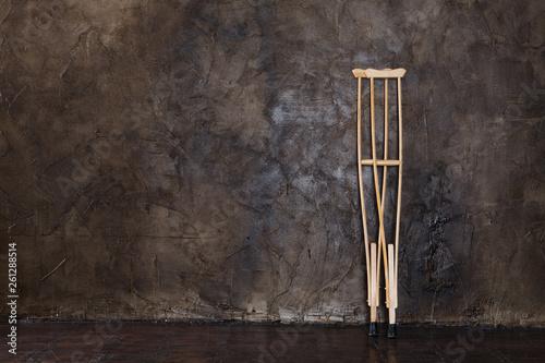 Fotografía wooden crutches on the  grungy wall.