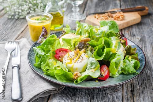 Obraz na płótnie Traditioneller deutscher Sommer Salat mit Blattsalat, Ziegenkäse und Mango Dress