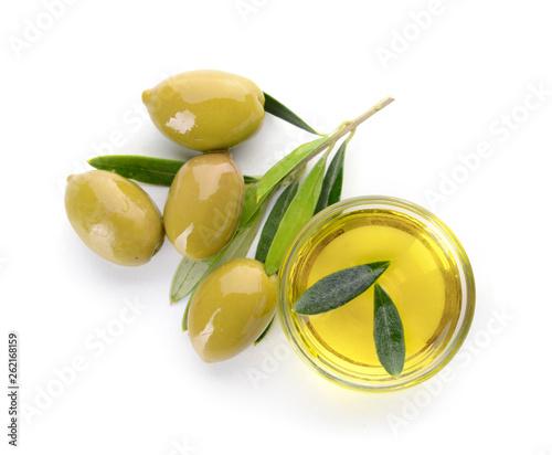 Fotografia Bowl of tasty olive oil on white background