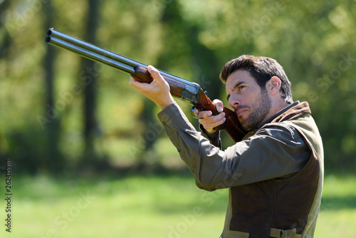 Photographie hunter with gun aiming at something