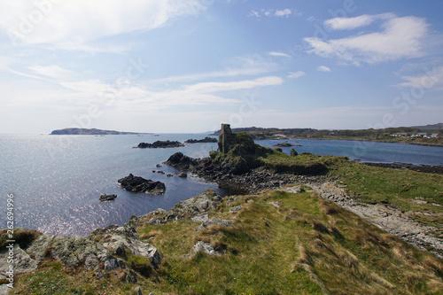 Fototapeta Lagavulin Bay und Dunyvaig Castle auf der Insel Islay in Schottland