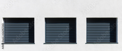 Tablou Canvas volets roulants aluminium sur façade
