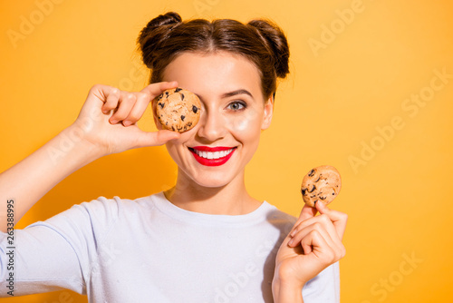 Fotografia Close up photo of charming lovely hipster playing with cakes pies candies in kit