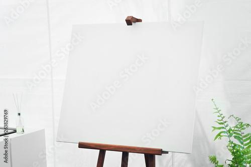 Photo empty canvas board in white room