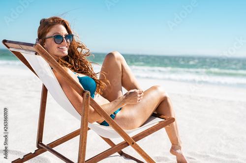 Fotografia Beautiful woman relaxing at beach