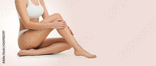 Foto slim perfect female body wearing white underwear