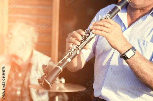 Foto man playing clarinet on street