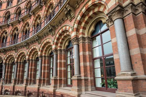 Fotografía Facade of St. Pancras railway station in London.