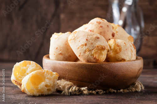 Fotografia Cheese buns in wooden bowl, rustic kitchen table background, copy space, selecti