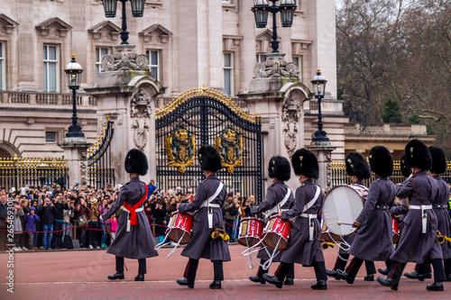Canvas Print Queens Guard patrolieren vor dem Buckingham Palace