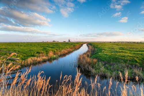 Fotografia Looking out over Halvergate Marshes to Mutton's Mill