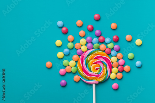 Fotografia Sweet lollipop and colorful chocolate candy pills.