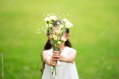 花束を差し出す女の子 Fototapete