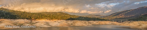 Photo Panoramic landscape of storm clouds passing over Lake Oroville in Northern California after a drought that caused low water