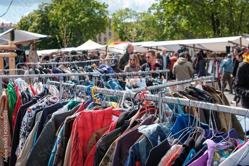 Fotografia second hand clothing, vintage fashion on flea market, Berlin -