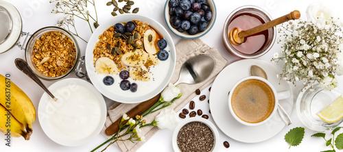 Fotografía Oat granola with yogurt, honey, fresh bananas, blueberries, chia seeds in bowl