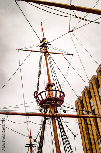 Fototapeta The golden hinde ship in london and its upper mast
