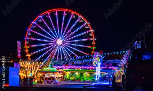 Foto Riesenrad mit Lichtern auf dem Jahrmarkt