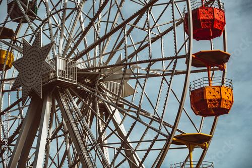 Fotografia Colourful ferris wheel in the amusement park Tibidabo on background of blue sky